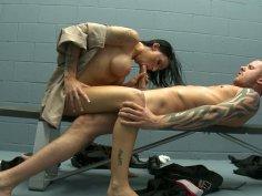 Gracious brunette Juelz Ventura enjoys 69 in the jail